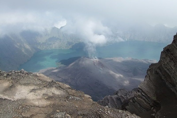 Attention hikers: Rinjani erupts, closed for hiking